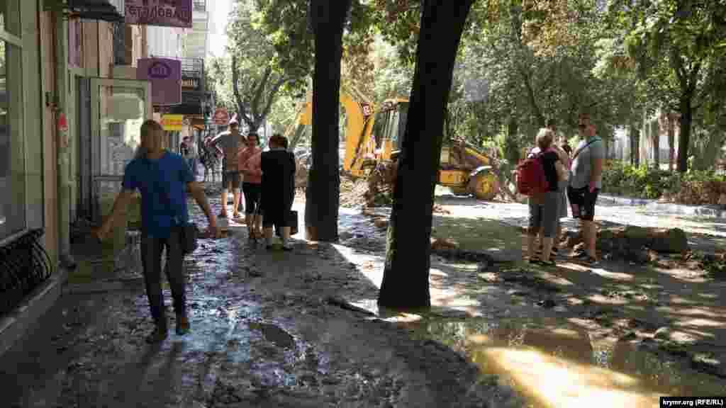 Из-за ливней в Ялте вышла из берегов река Водопадная. В результате наводнения пострадали 11 человек, один человек погиб. Об этом сообщили российские власти города