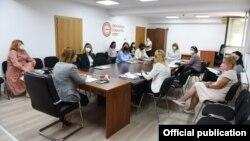 """Министерката за труд и социјална политика Јагода Шахпаска на средба со тим експерти кои работат на проект """"Подигнување на квалитетот на предучилишното образование и грижа"""". Министерката не носи маска."""