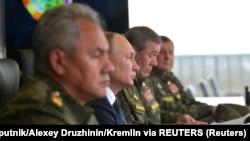 Putin Belarusla təlimləri izlərkən