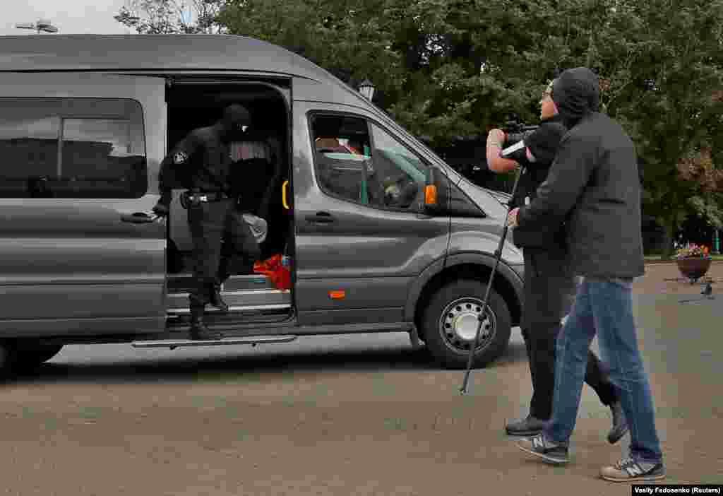 БЕЛОРУСИЈА - Судот во Минск прогласи двајца фоторепортери, вклучително и еден на РСЕ, за кршење на законот на Белорусија за масовни собири и им изрече казна затвор од 11 дена. Окружниот суд во Фрунзе вчера ги прогласи за виновни фоторепортерите на РСЕ, Улад Хридзин и уште еден фотограф, Александар Васјукович, за време на судењето на 16 септември. Тие беа приведени во бар во Минск од група луѓе кои носеа маски на 13 септември ден кога десетици илјади се собраа во главниот град на Белорусија во знак на протест против официјалните резултати од претседателските избори на 9 августна кои актуелниот претседател Александар Лукашенко прогласи победа.