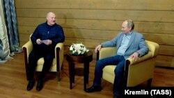 Президент России Владимир Путин (справа) во время встречи с белорусским лидером Александром Лукашенко. Сочи, 22 февраля 2021 года.