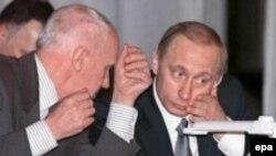 Преследователи человека, изображенного на снимке рядом с Владимиром Путиным, могут оказаться в его нынешнем положении