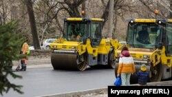 Дым и гарь по выходным: как в Симферополе ремонтируют дороги (фотогалерея)