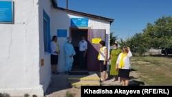 Помещение избирательного участка обрабатывают кварцем, члены комиссии стоят на улице. 25 июля 2021 года
