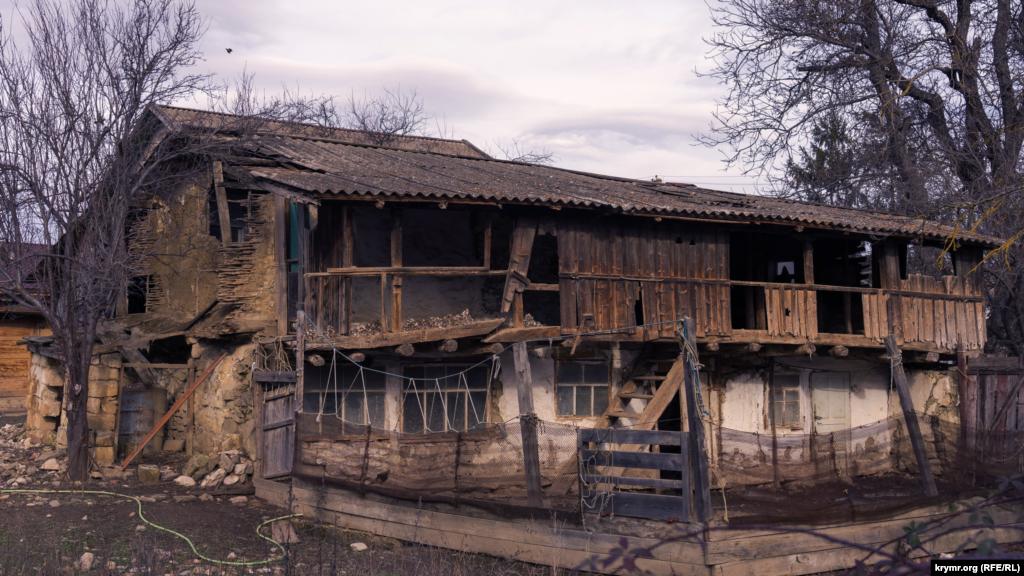 Самый старый дом Плотинного построен предположительно в первой половине XIX века. Несколько лет назад им интересовались ученые-историки. Нынешние же хозяева строения держат в нем домашнюю птицу