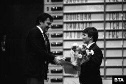 Ivan Szlavkov, a bolgár kommunista nómenklatúra sportfelelőse gratulál Szulejmanovnak