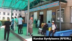 В Караколе граждане стоят в очереди в дневной стационар. Иллюстративное фото.