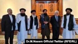 Заместитель генерального секретаря ООН по гуманитарным вопросам Мартин Гриффитс (второй справа) и лидер политического крыла «Талибана» Абдул Гани Барадар (справа)