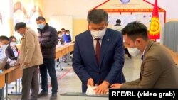 Қырғызстан президенті Сооронбай Жээнбеков дауыс беріп жатыр. Бішкек, Қырғызстан. 4 қазан, 2020 жыл.