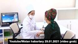Türkmen lukmany näsag bilen gürleşýär. Arhiw suraty