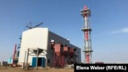 Строящаяся центральная котельная, которая, как предполагается, будет подавать тепло в многоэтажные дома в поселке Шахан. 6 ноября 2020 года.
