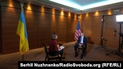 Советник Государственного департамента США Дерек Шолле и ведущая Елена Ремовская во время эксклюзивного интервью Радіо Свобода в Киеве, 21 июля 2021 года