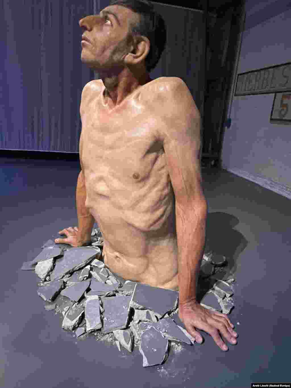 A férfi éppen áttöri a betont, arcán látható az élet minden fájdalma. (Zarko Basheski: Átlagember)