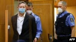 Ernst u pratnji stražara u sudu u Frankfurtu 28. januara 2021