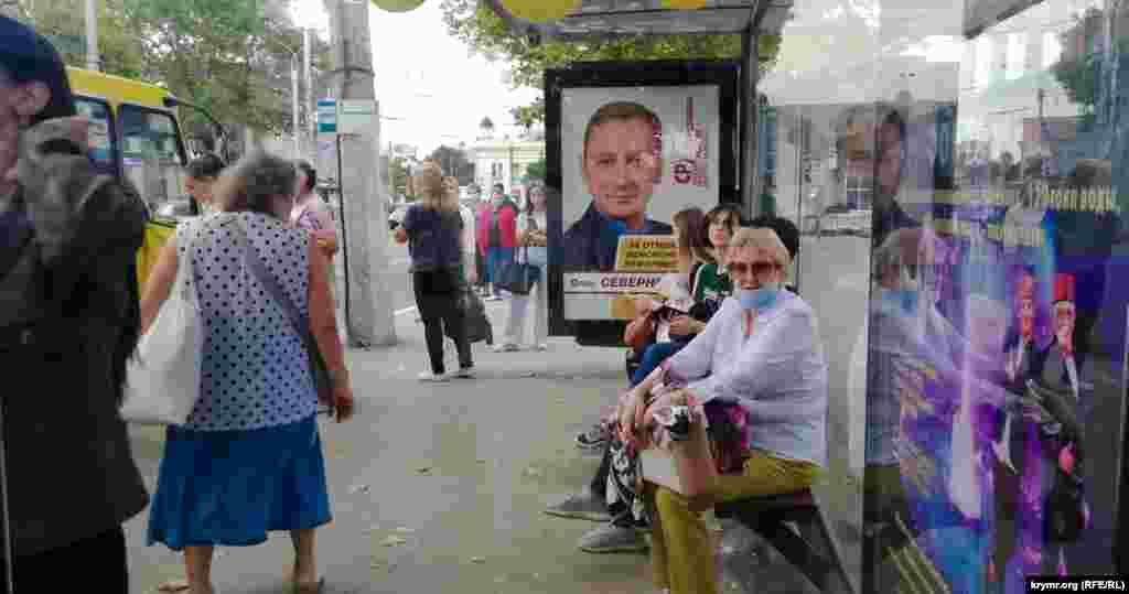 На автобусній зупинці на проспекті Кірова