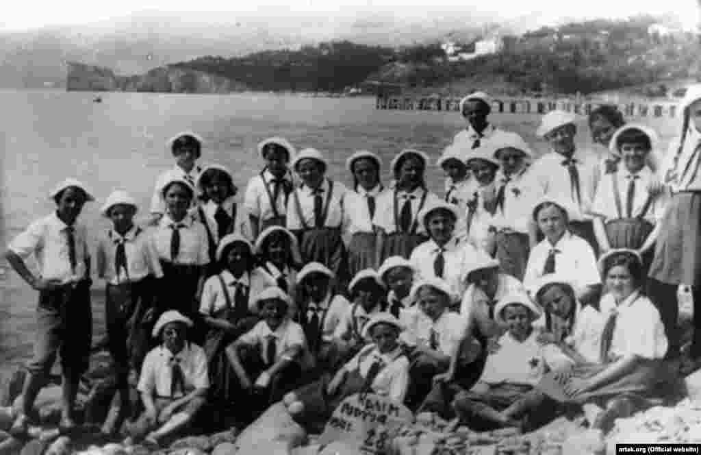 Найдовша зміна в «Артеку» припала на період Другої світової війни. Вона тривала три з половиною роки – з 20 червня 1941 року. Керівництвом табору було ухвалене рішення розвести дітей по домівках. Однак приблизно 200 дітей із деяких областей і республік, окупованих на той час нацистами, разом із вожатими відправили в глибокий тил – на Алтай, у санаторій «Білокуріха». Туди діти діставалися 16 місяців. З 11 вересня 1942 по січень 1945 року чорноморська здравниця розташовувалася на Алтаї та називалася алтайським «Артеком». На фото – зміна «Артека» в червні 1941 року