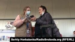 Женщина обращается со своим вопросом к сотруднику КПВВ «Новотроицкое»