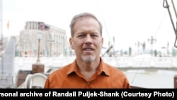 """""""Jako dugo živim u BiH i navikao sam se. Moj je izbor da budem ovdje. Kvalitet života u BiH može biti puno bolji"""", kaže Randall Puljek-Shank."""