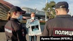 Дмитрий Грунин на пикете за право граждан на свободу слова и мирные собрания, октябрь 2020.