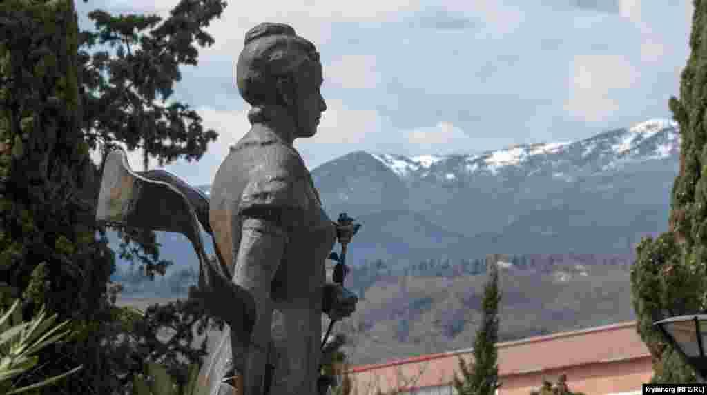 Бронзовый памятник княгине Анастасии Гагариной перед ее дворцом установили в 2007 году