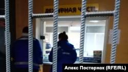 """Ближе к полуночи в полицию приехали медики, вызванные журналистами """"ОВД-Инфо"""""""
