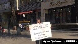 Арбатта пикет өткізіп тұрған Аружан Дүйсебаева. Алматы, 6 қараша 2020 жыл.