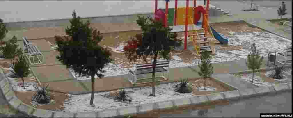 Детская площадка.Ашхабад, февраль, 2021