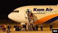 Првата група од 149 Авганистанци пристигна на аеродромот во Скопје
