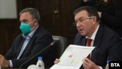 Здравният министър Костадин Ангелов и държавният здравен инспектор Ангел Кунчев
