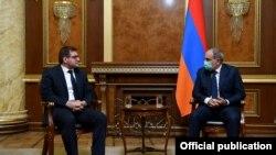 Руководитель партии «Во имя республики» Арман Бабаджанян (слева) и премьер-министр Никол Пашинян, 30 декабря 2020 г.