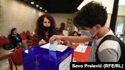 Sa jednog od biračih mesta u Herceg Novom, 9. maja 2021. Izbori u ovom gradu na crnogorskom primorju su drugi po redu lokalni izbori od promjene republičke vlasti u Crnoj Gori u avgustu 2020. godine.