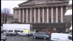 Peyini parlamentin binası qarşısına boşaltdı