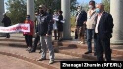 Участники митинга инициативной группы по созданию Демократической партии, за кредитную амнистию и против передачи земель в аренду иностранцам. Актобе, 13 сентября 2020 года.