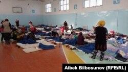 Эвакуированные из зон перестрелки мирные жители. Баткенская область. 29 апреля 2021 года.
