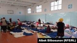 Қырғызстандағы ауылдардың біріне эвакуацияланған әйелдер мен балалар.