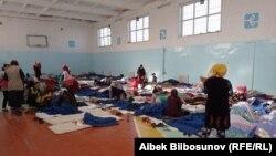 Размещенные в спортзале школы жители кыргызского села Кок-Таш, покинувшие свои дома из-за конфликта на границе с Таджикистаном.