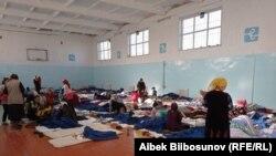 شماری از شهروندان قرقیزستان که در پی این درگیری خانههای خود را ترک کردهاند