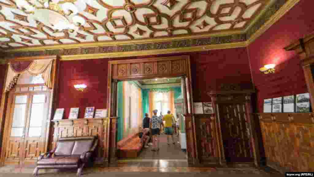 Зал у вікторіанському стилі. Красиві двері для прислуги (праворуч) ведуть до підвалу