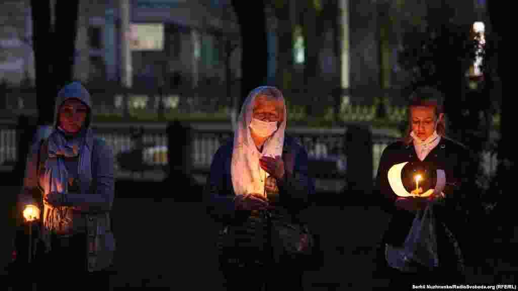 Працівники поліції поруч із Володимирським соборомпросили вірян одягати маски