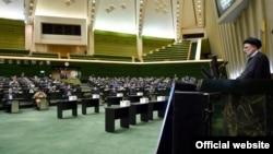 Президент Ірану Ебрагім Раїсі виступає в парламенті, 25 серпня 2021 року