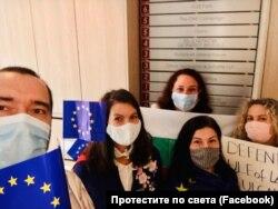 В Брюксел българите се обърнаха към централите на европейските партии в търсене на подкрепа към протестите и в желанието си да привлекат вниманието на европейските политици.