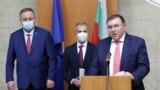 Лекарят Абдулах Заргар от Иран (в средата) получи българско гражданство. Наскоро той беше освободен от поста управител на болницата в Исперих заради липсата на български паспорт. След кампания в негова подкрепа, той получи гражданство.