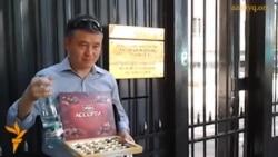 Активисты едят конфеты Roshen у консульства России