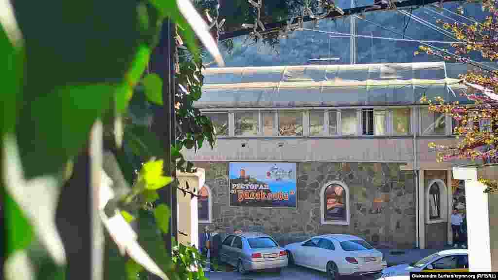 Вид на одноименный ресторан со ступеней напротив