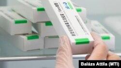 Kiveszik a hűtőszekrényből a kínai Sinopharm koronavírus elleni vakcinákat a nyíregyházi Jósa András Oktatókórházban kialakított oltóponton 2021. május 11-én.
