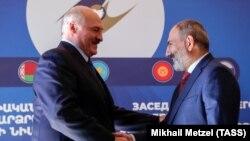 ბელარუსის პრეზიდენტი ალექსანდრ ლუკაშენკა (მარცხნივ) და სომხეთის პრემიერ-მინისტრი ნიკოლ ფაშინიანი. 2019 წ. 1 ოქტომბრის ფოტო.