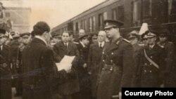 """La câteva zile după ce Mihai I a acceptat să îl numească premier pe """"omul Moscovei"""", a fost așteptat la Cluj. Aici a avut loc cedarea administrației Transilvaniei de Nord de la sovietici către autoritățile române. În fundal, premierul Petru Groza, Andrei Vîșinski, adjunctul ministrului sovietic de externe, Andrei Vîșinski și ambasadorul sovietic, Serghei Kavtaradze."""