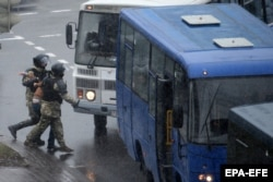 Арест еще одного манифестанта на улице в Минске. 29 ноября