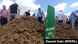 Kolektivna dženaza i ukop 12 žrtava ubijenih 1992. godine u Prijedoru, Memorijalni centar Kamičani u Kozarcu kod Prijedora (20. juli 2021.)