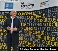 Ovidiu Șandor, președintele Fundației Art Encounters la conferința de presă în aer liber